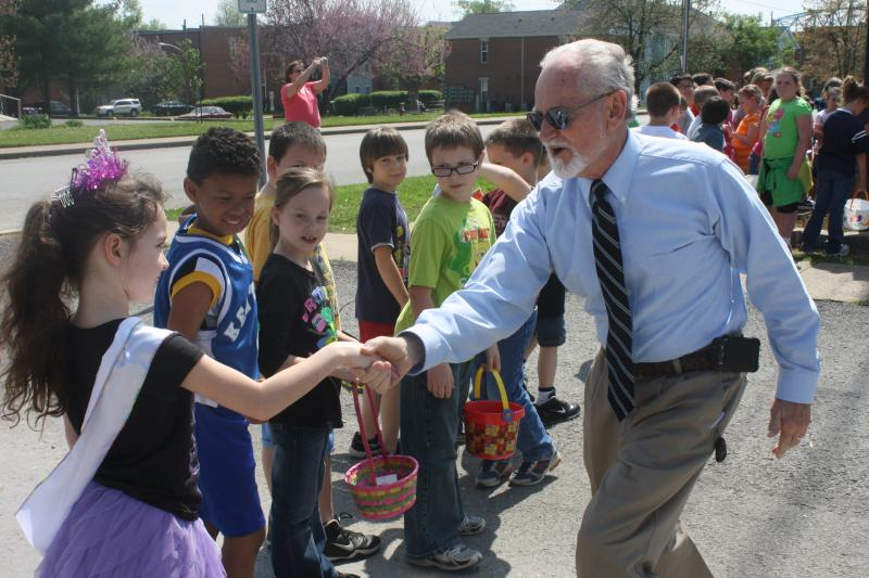Mayor Sonny Renfrow welcoming the 2nd grade students